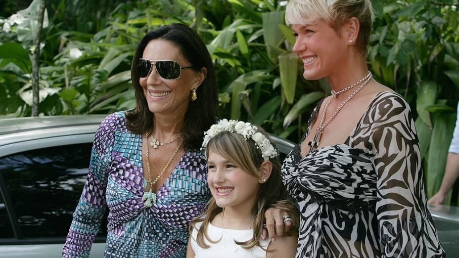 Sasha entre sua avó Beth Szafir e sua mãe Xuxa, após sua primeira comunhão