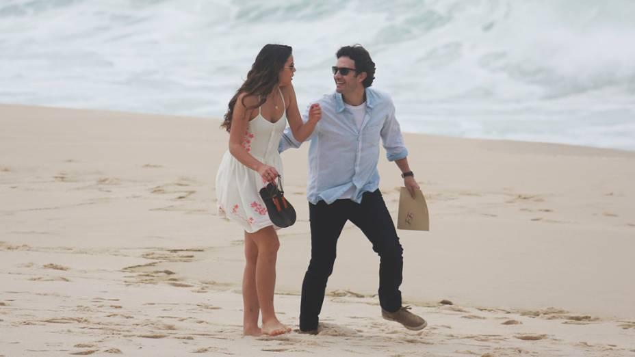 Bruna Marquezine grava com Gabriel Braga Nunes na praia Recreio dos Bandeirantes, no Rio de Janeiro