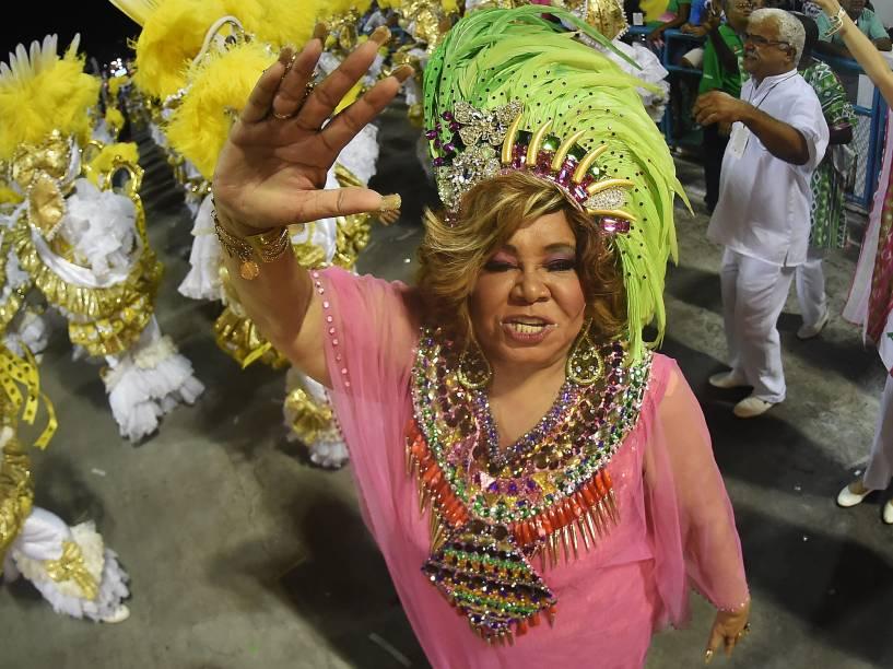 A cantora Alcione desfila pela Mangueira, na Sapucaí