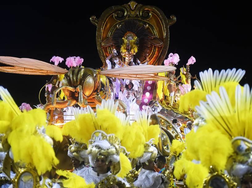 Desfile da Mangueira encerra os desfiles do Grupo Especial na Sapucaí