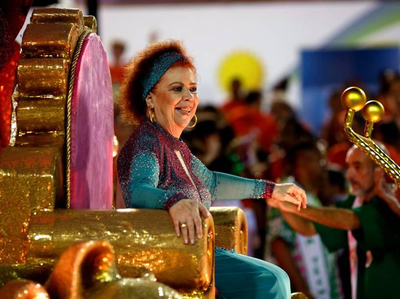 A cantora Beth Carvalho desfila pela Mangueira, na Sapucaí