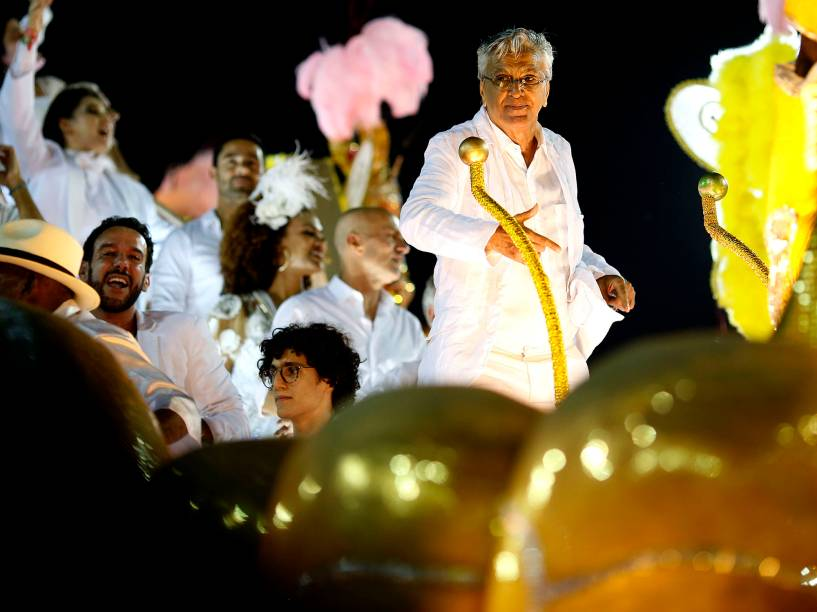 Caetano Veloso desfila pela Mangueira no segundo dia do Grupo Especial, na Sapucaí