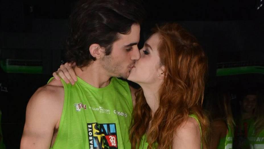 Sophia Abrahão beija Fiuk durante o Carnaval de Salvador, em 02/03/2014