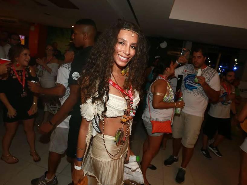 A modelo Lea T chega para o segundo dia de desfiles do Grupo Especial na Sapucaí, no Rio