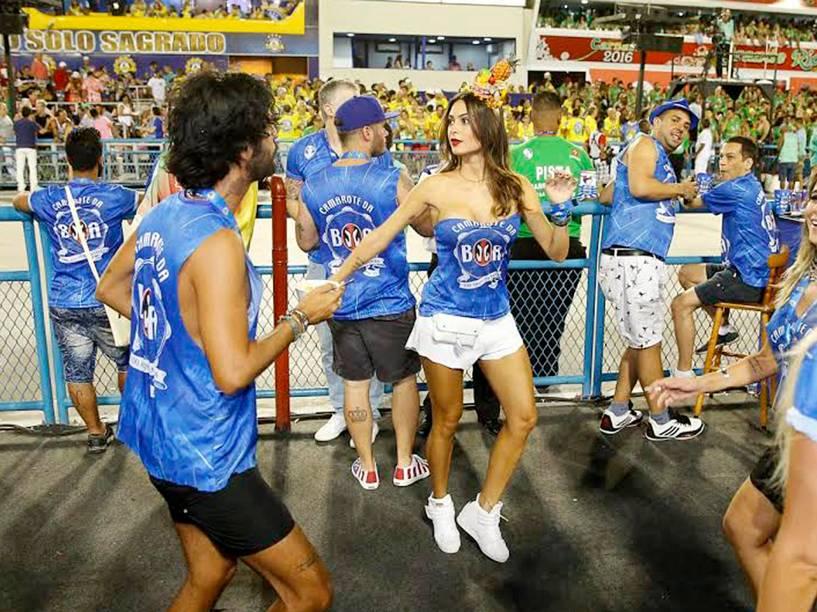 Thayla Ayala samba no camarote da Sapucaí