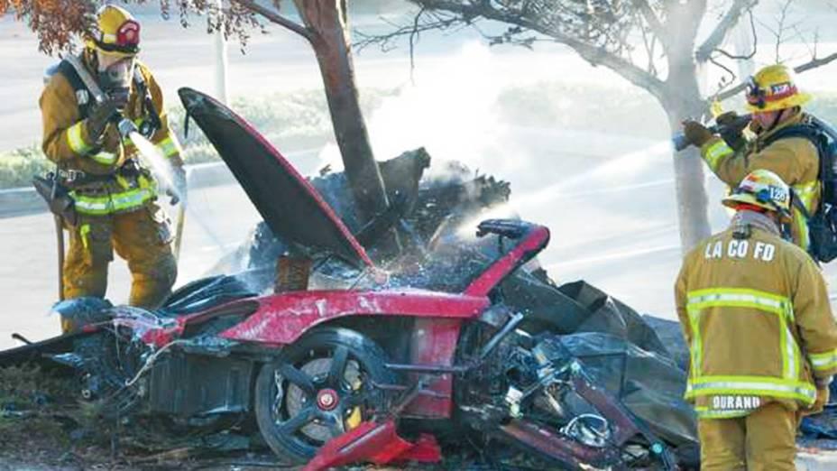 Bombeiros apagam fogo de Porsche destruído em acidente que causou a morte do ator Paul Walker neste sábado na cidade de Santa Clarita, Califórnia