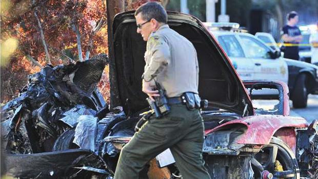 Paul Walker morre em acidente de carro. Porsche dirigido por um amigo do ator se chocou contra uma árvore e pegou fogo