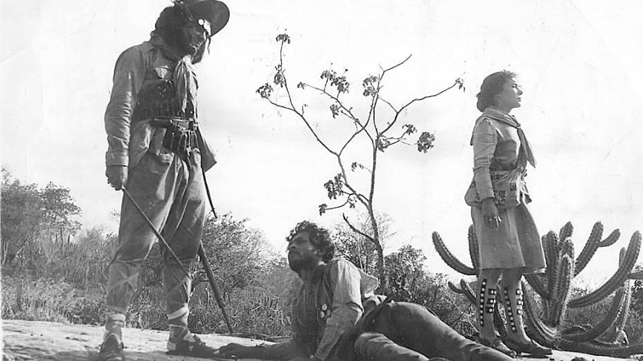 """Othon Bastos, Geraldo Del Rey e Yoná Magalhães no filme """"Deus e o Diabo na Terra do Sol"""", de Glauber Rocha"""