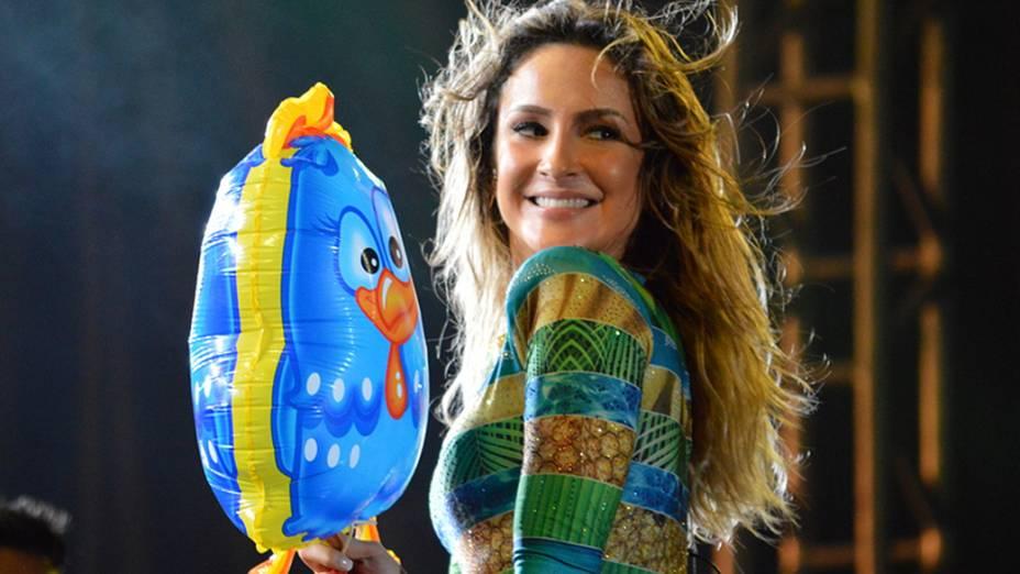 Claudia Leitte segurou um balão da Galinha Pintadinha durante show em São Lourenço da Mata (PE)