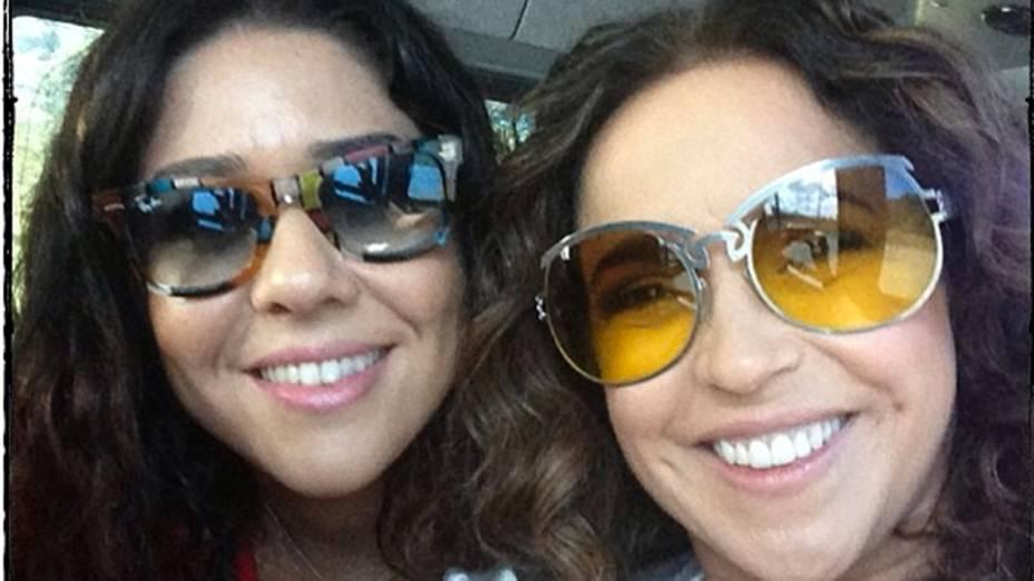 Daniela Mercury posta foto com a sua namorada, Malu Verçosa, a caminho da parada gay de Salvador