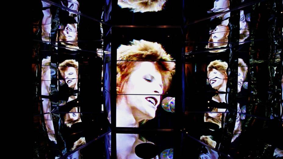 Vídeo de David Bowie cantando Starman no programa britânico Top of the Pops é refletido em espelhos na exposição no MIS, em São Paulo