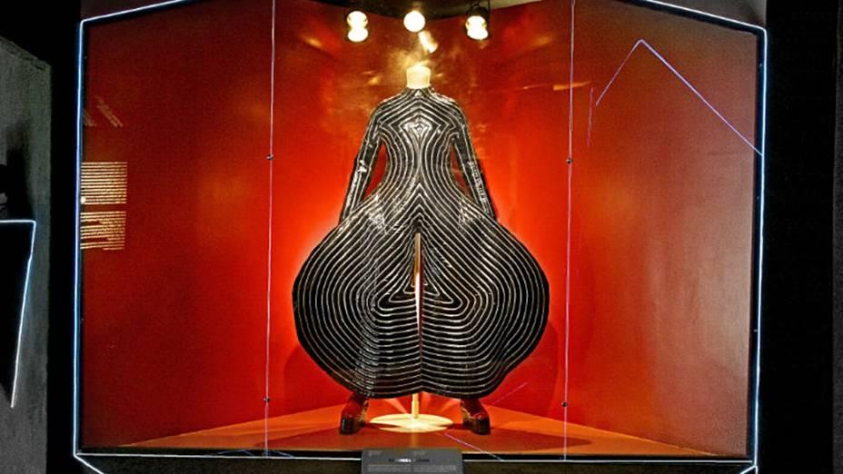 Macação de vinil Tokyo Pop, usado na turnê do álbum Alladin Sane, em 1973, abre exposição de David Bowie no Museu da Imagem e do Som, em São Paulo