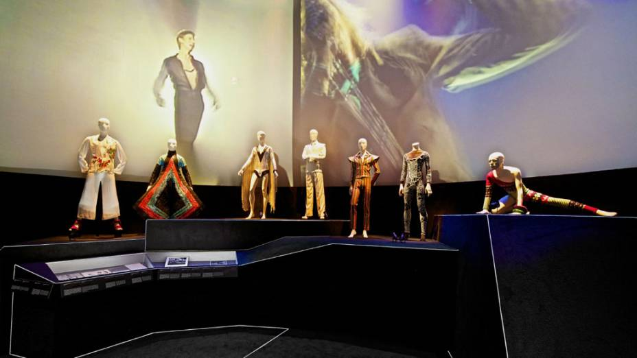 Figurinos de diversas fases da carreira de David Bowie são reunidos em exposição mo MIS, em São Paulo