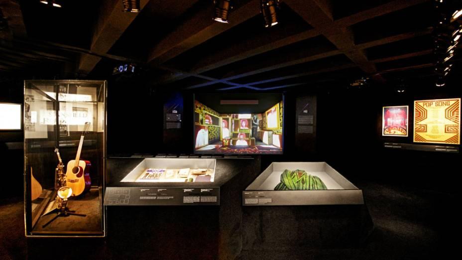 Além de figurinos, exposição de David Bowie reúne objetos como instrumentos e pôsteres