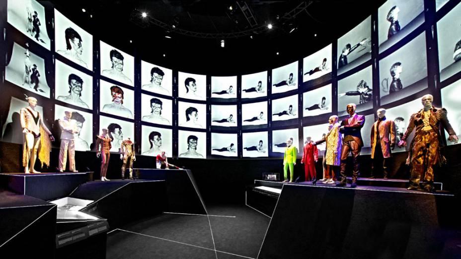 Fotos de David Bowie são exibidas em telão gigante em sala dedicada a figurinos históricos de sua carreira