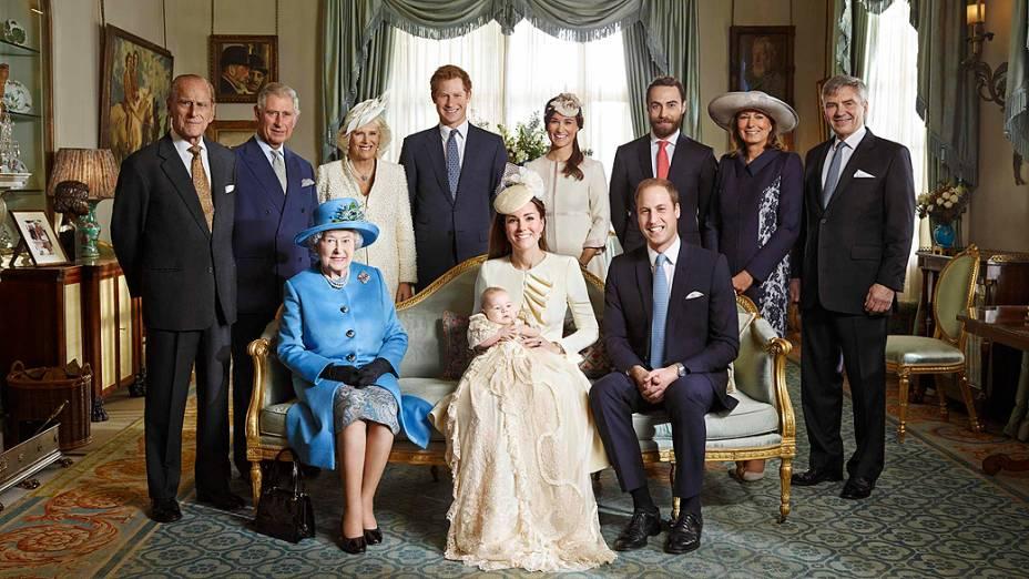 Retrato oficial da Família real britânica após o batizado do príncipe George no Palácio de St James, em Londres