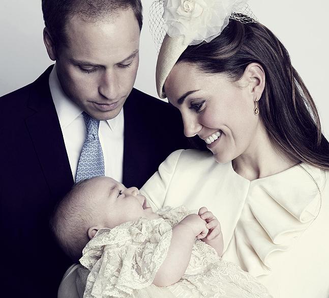 Príncipe William e Kate, posam para a foto oficial de batismo do príncipe George, no Clarence House, em Londres