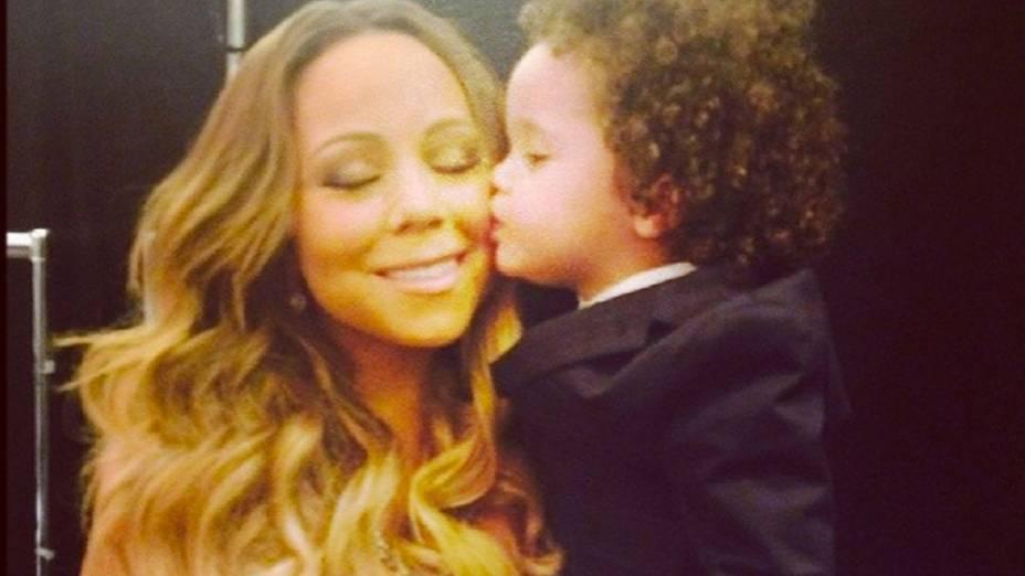 Mariah Carey posta imagem recebendo um beijo do filho