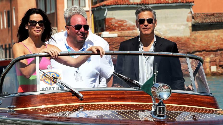 George Clooney chega de barco junto com a atriz Sandra Bullock antes da coletiva de imprensa do filme Gravity, no 70 º Festival de Veneza