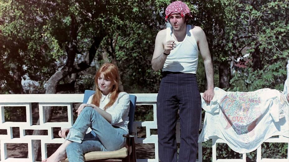 Paul McCartney e sua namorada Jane Asher durante viagem dos Beatles para a Índia, com Maharishi Mahesh Yogi, em 1968