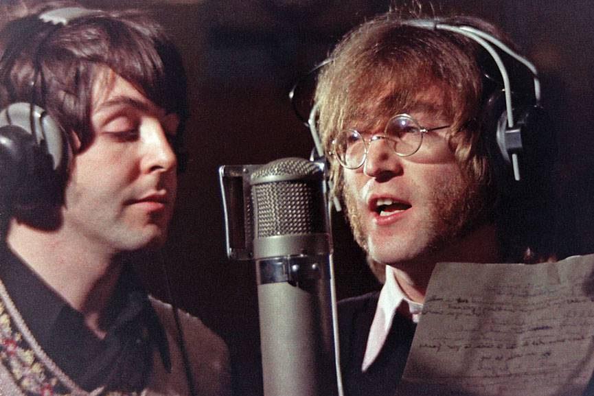 """Paul McCartney e John Lennon na gravação de  """"Hey Bulldog"""", no estúdio de Abbey Road, em 1968"""