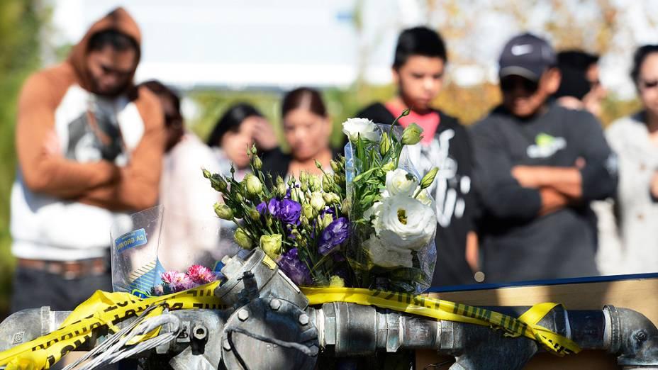 Fãs prestam homenagem no local onde ocorreu o acidente que matou o ator Paul Walker, em Santa Clarita, Los Angeles