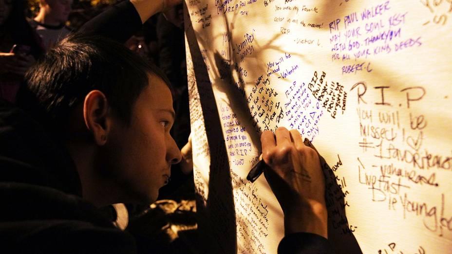 Fãs prestam homenagem ao ator Paul Walker no local de seu acidente, em Valência, na Califórnia