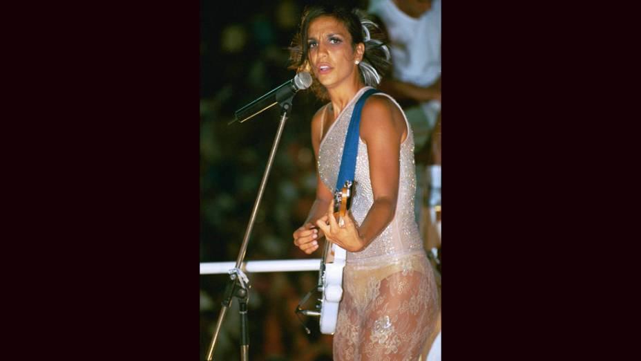 Ivete Sangalo faz apresentação em cima do trio elétrico, em 2001