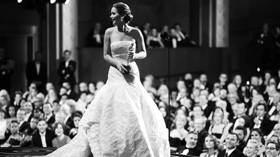 Jennifer Lawrence recebe Oscar de Melhor Atriz no palco do Dolby Theater, em Hollywood