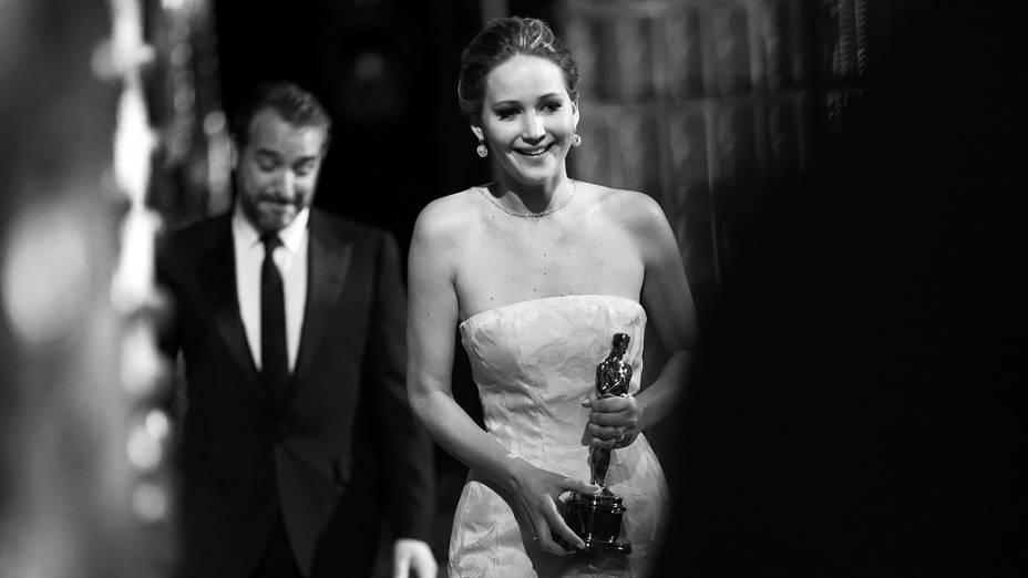 Jennifer Lawrence recebe o Oscar de melhor atriz no palco do Dolby Theater, em Hollywood
