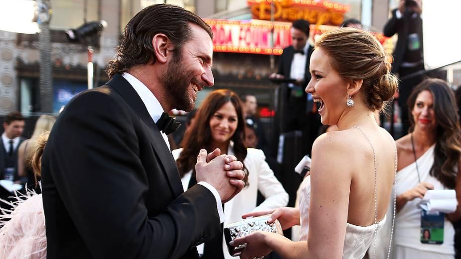 Jennifer Lawrence encontra Bradley Cooper, seu colega de elenco na comédia romântica O Lado Bom da Vida, no tapete vermelho do Oscar