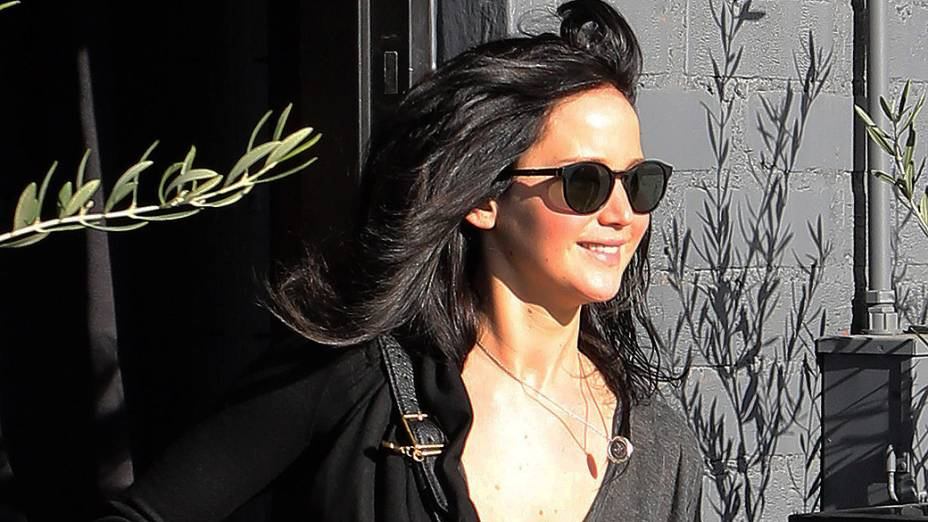 Vencedora do Oscar de melhor atriz em 2013, Jennifer Lawrence apareceu com os cabelos pretos dois dias depois da premiação, na saída de um salão de beleza em Beverly Hills