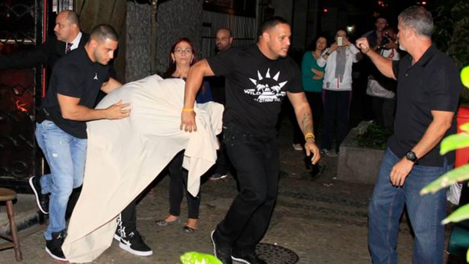 <p>Justin Bieber deixa boate coberto por um lençol branco e acompanhado de duas mulheres em Ipanema, no Rio de Janeiro</p>