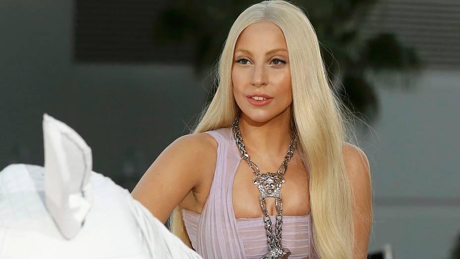 Lady Gaga chega em um cavalo mecânico para o American Music Awards 2013, em Los Angeles, Califórnia