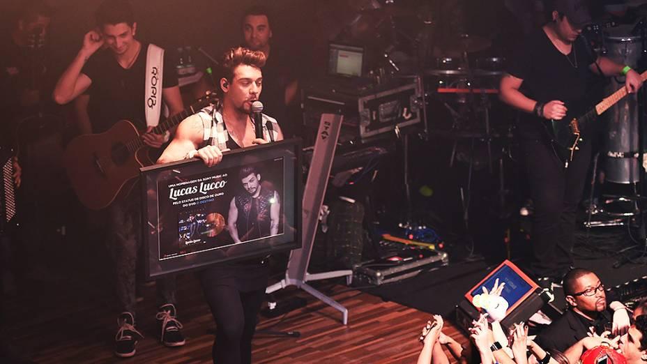 O cantor Lucas Lucco mostra seu disco de ouro durante show na Woods Bar, em São Paulo