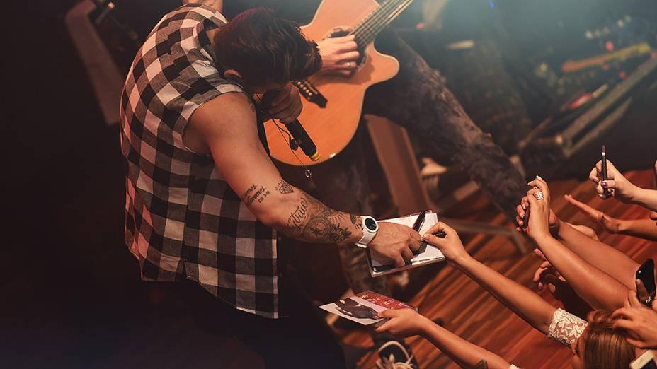 O cantor Lucas Lucco dá autógrafos durante show na Woods Bar, em São Paulo