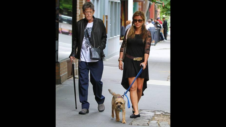 Lou Reed passeia em Nova York poucos dias depois de receber um transplante de fígado