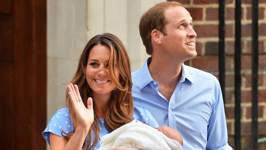Príncipe William e Catherine, duquesa de Cambridge, mostra seu filho recém-nascido para a imprensa, do lado de fora do Hospital de Santa Maria, em Londres