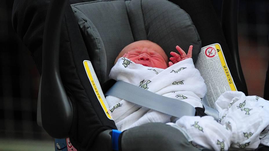 Filho recém-nascido do Príncipe William e Catherine, Duquesa de Cambridge é visto em um assento de carro fora do Hospital de Santa Maria, em Londres