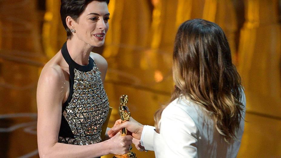 Anne Hathaway entrega o Oscar de melhor Ator coadjuvante para Jared Leto, por sua atuação no filme Clube de Compras Dallas