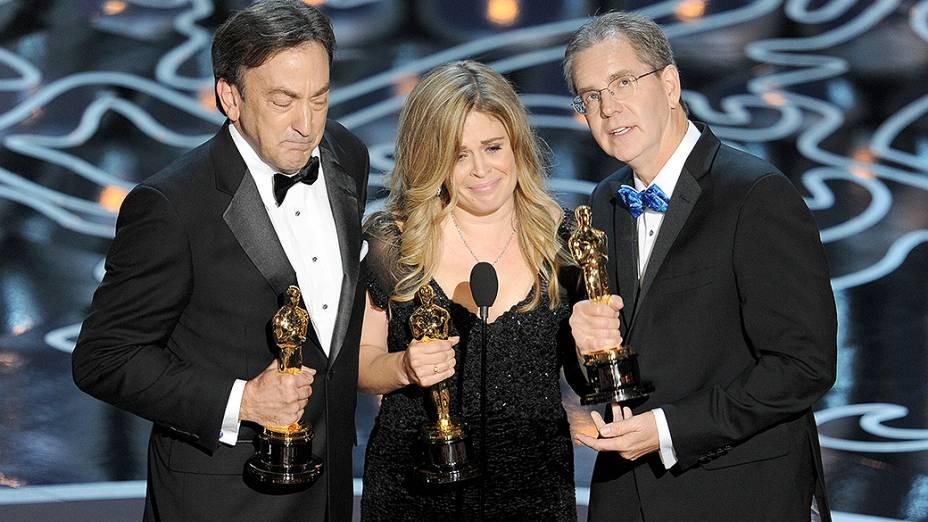 O produtor Peter Del Vecho (esq.), e os diretores Jennifer Lee e Chris Buck com Oscar de melhor Animação pelo filme Frozen