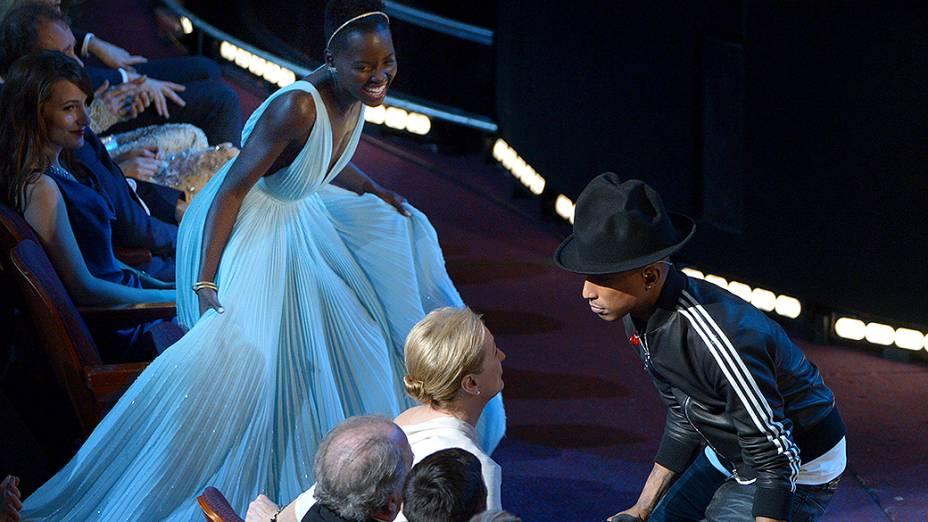 Pharrell Williams apresenta a canção Happy do filme Meu Malvado Favorito 2 olhando para Meryl Streep durante o Oscar 2014