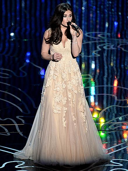 Idina Menzel canta Let it Go, música do filme Frozen: Uma Aventura Congelante