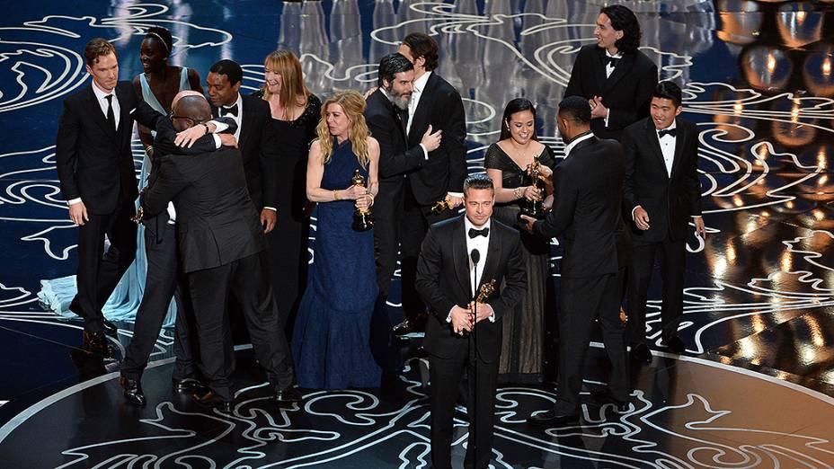 Brad Pitt com o elenco de 12 Anos de Escravidão que levou o prêmio de melhor filme no Oscar 2014