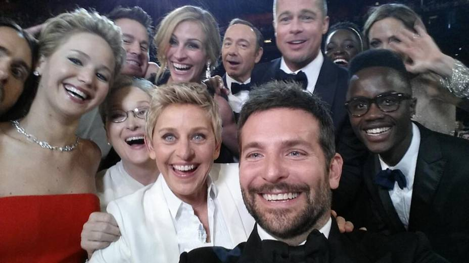 """Ellen Degeneres reúne Brad Pitt, Julia Roberts, Meryl Streep, Jennifer Lawrence, entre outros convidados para a """"selfie"""" repleto de estrelas durante cerimônia do Oscar"""