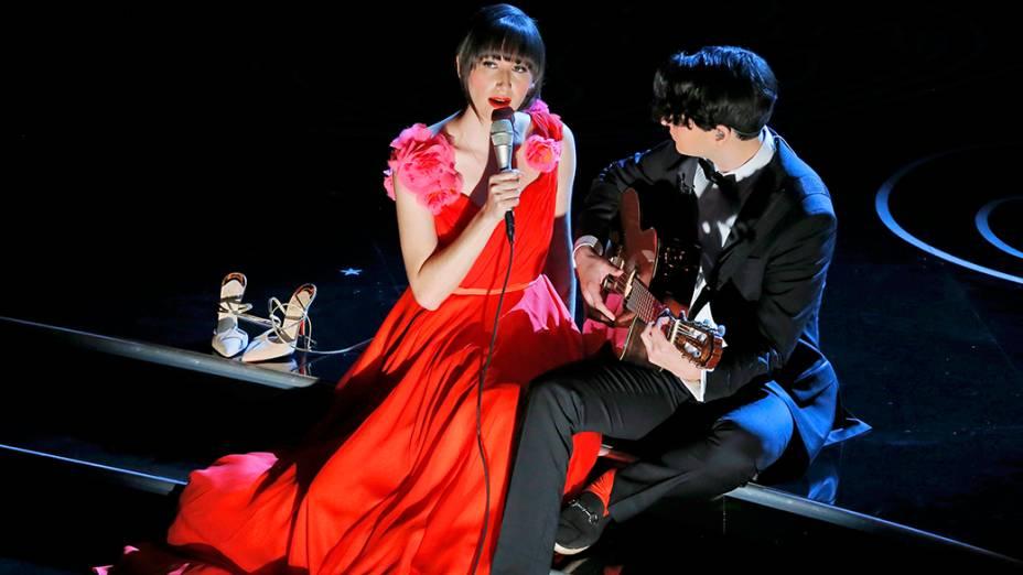 Karen O., vocalista da banda Yeah Yeah Yeahs, sobe ao palco do Oscar para cantar The Moon Song, indicada na categoria de melhor canção original, trilha sonora do filme Ela