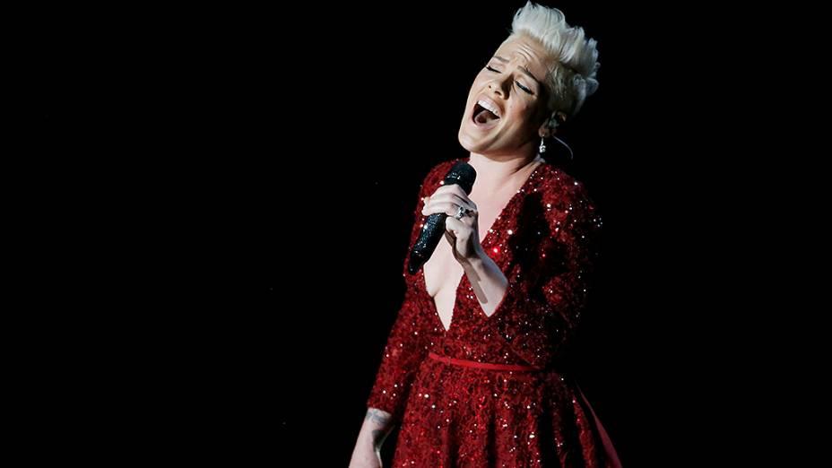 Em homenagem aos 75 anos do filme O Mágico de Oz, a cantora Pink canta o clássico Somewhere Over the Rainbow no palco do Oscar