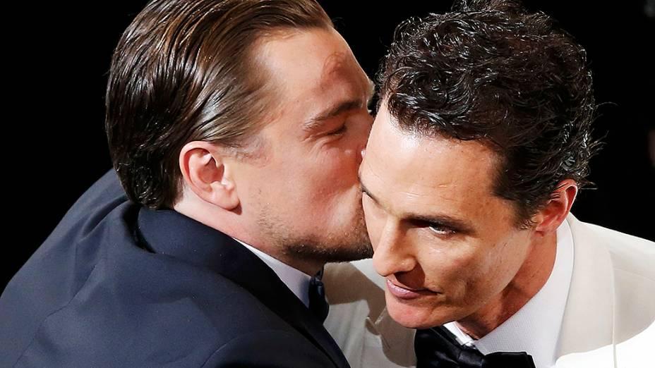 Leonardo DiCaprio cumprimenta Matthew McConaughey que levou a estatueta de melhor ator, pela atuação em Clube de Compras Dallas