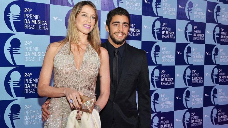 Luana Piovani chega acompanhada do marido para o 24º Prêmio da Música Brasileira, no Rio de Janeiro