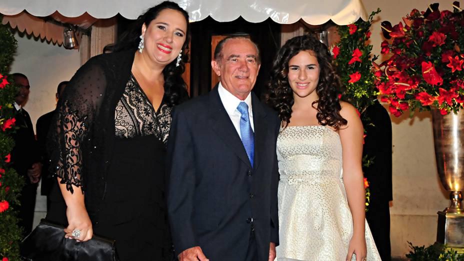 Lílian Taranto, Renato Aragão e Lívian durante cerimônia de casamento da atriz Luma Costa e do empresário Leonardo Martins realizada na Igreja Nossa Senhora de Bonsucesso